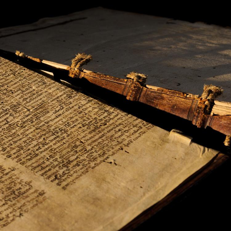 Ein Ledereinband aus dem 16. Jahrhundert wartet auf die Restaurierung