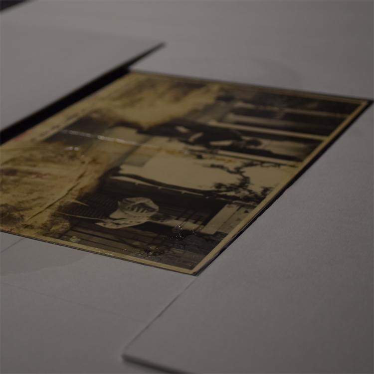 Eine schwarz-weiß Fotografie während der Restaurierung