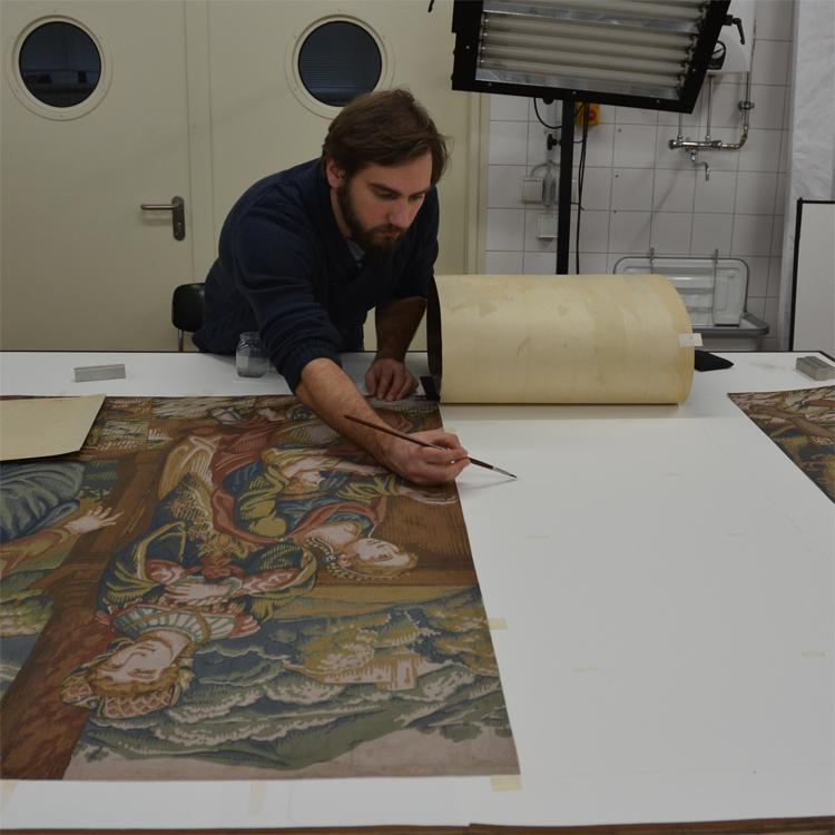Montierung einer großformatigen Tapete nach der Restaurierung