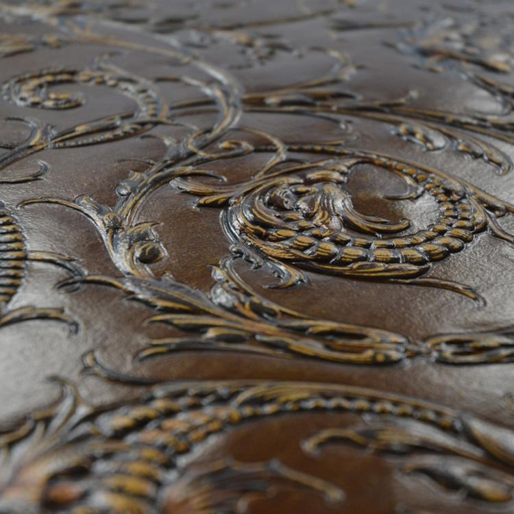 Relief einer Ledertapete während der Restaurierung